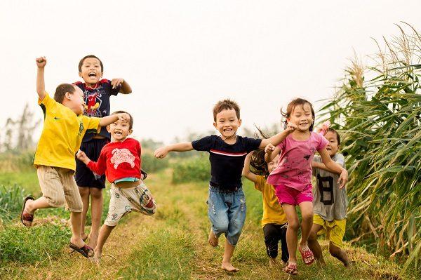 Tả một đám trẻ ở làng quê đang chơi đùa